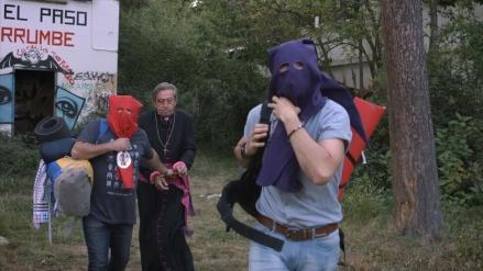 """Los """"secuestradores"""" junto al obispo Luis Varela en una escena del film."""